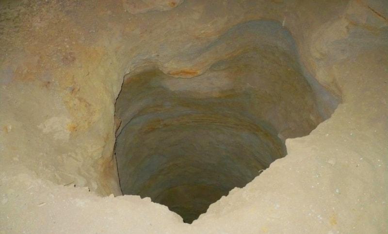 Отверстие колодца в подземной мечети Уйтолы.