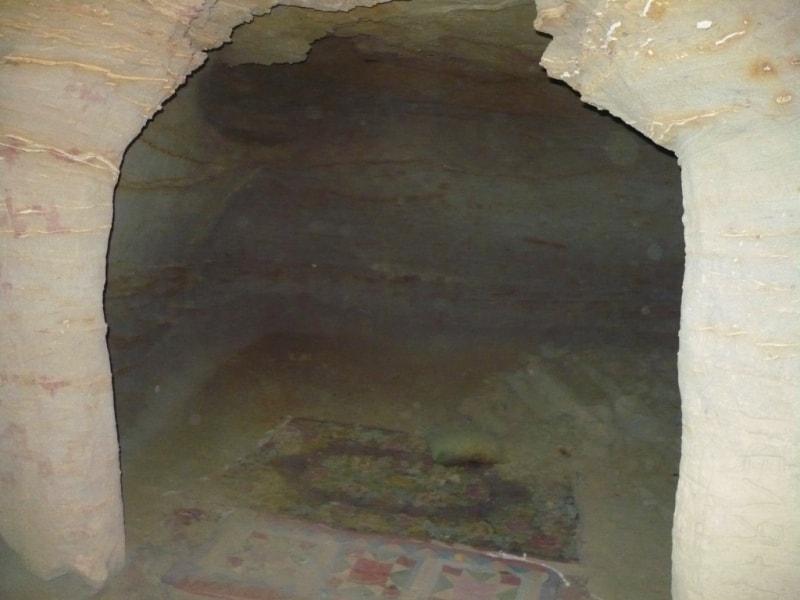 Молельная комната в подземной мечети Уйтолы.