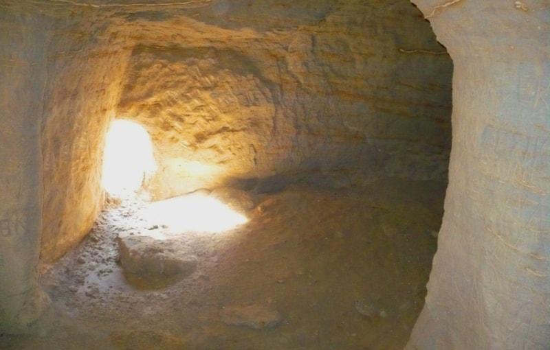 Одно из проходных помещения подземной мечети Уйтолы.