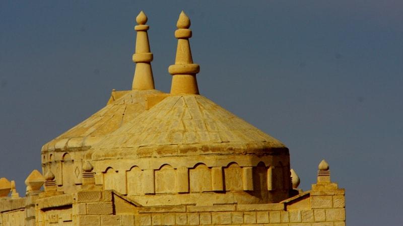 Купола мавзолеев на некрополе Кошкар-ата, недалеко от Актау.
