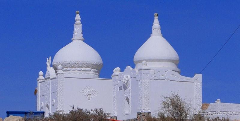 Купола мавзолеев на некрополе в урочище Оанды у мечети Бекет-ата.