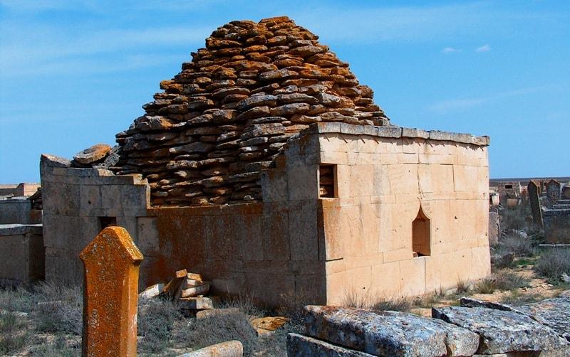 Мавзолеи на некрополе Караман-Ата.