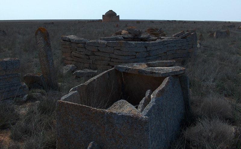 Сандыктасты на на некрополе Караман-Ата.