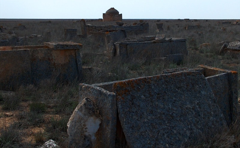 Сандыктасты на некрополе Караман-Ата.