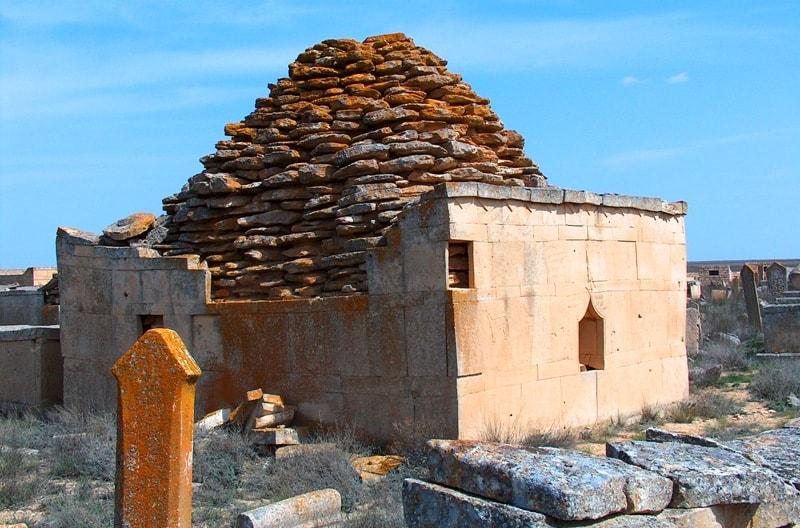 Сложна саганатама на некрополе Караман-Ата.