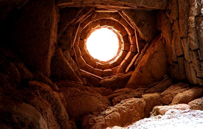 Световое и вентиляционное отверстие в подземной мечети Султан-епе.