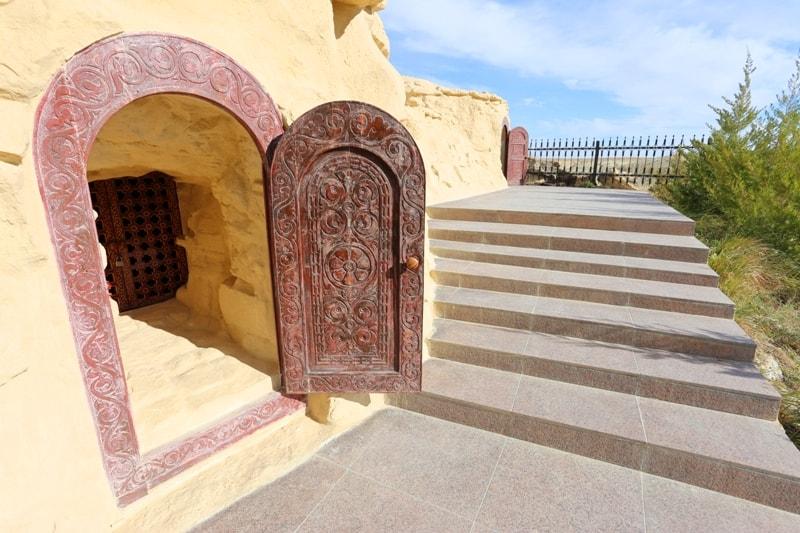 Вход в подземную мечеть Старый Бейнеу.