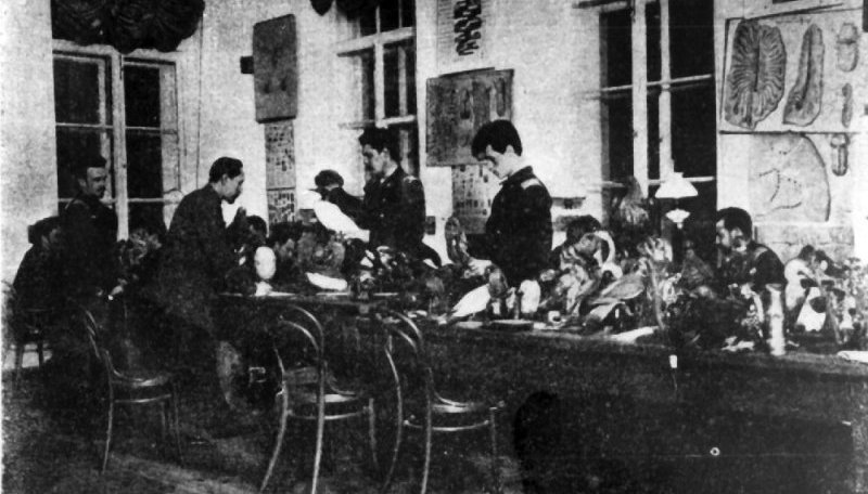 A.A. Silantyev at a practical lesson in the biology of forest animals and birds with students of the Forest Institute at the Department of Zoology. 1910.
