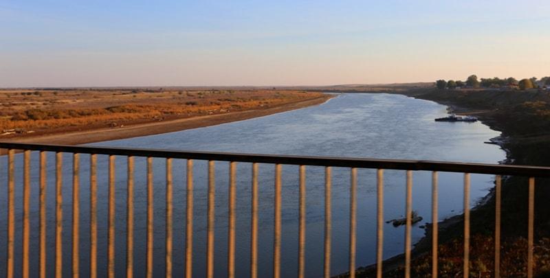 Река Урал с моста в окрестностях поселка Индерборский.