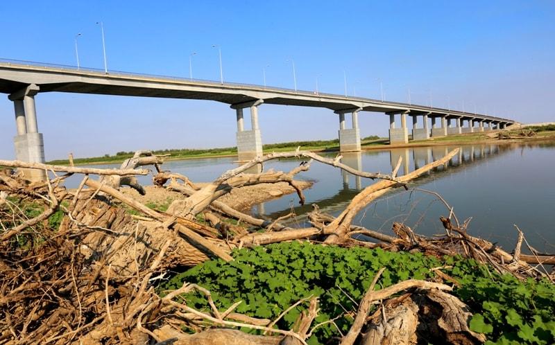 Река Урал и мост в окрестностях поселка Индерборский.