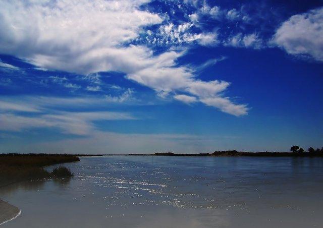 Облака над рекой.
