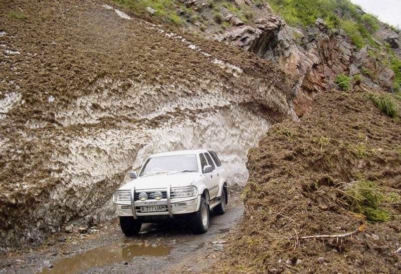 We cleared away this avalanche before May 9, 2004 for journey of our cars.
