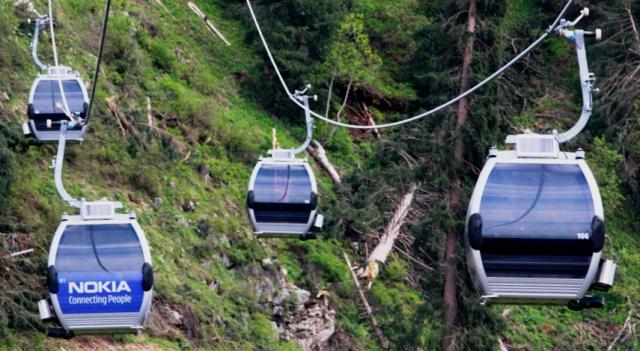 Череда кабинок подвесной канатной дороги от Медео до Шымбулака.
