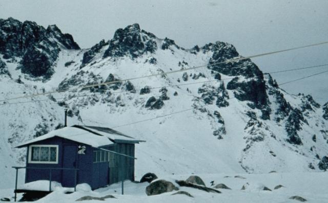 Домик Судакова на морене ледника Молодежный.