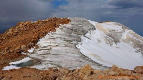 Начало и конец ледника ледника Молодежный на одноименной вершине..