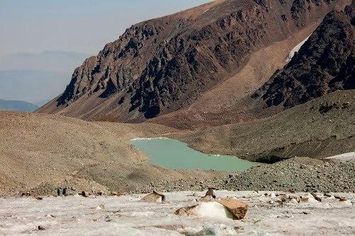 Спуск с ледника Шокальского к моренному озеру.
