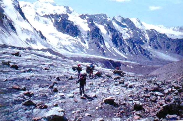 Группа горных туристов на леднике Тогузак.
