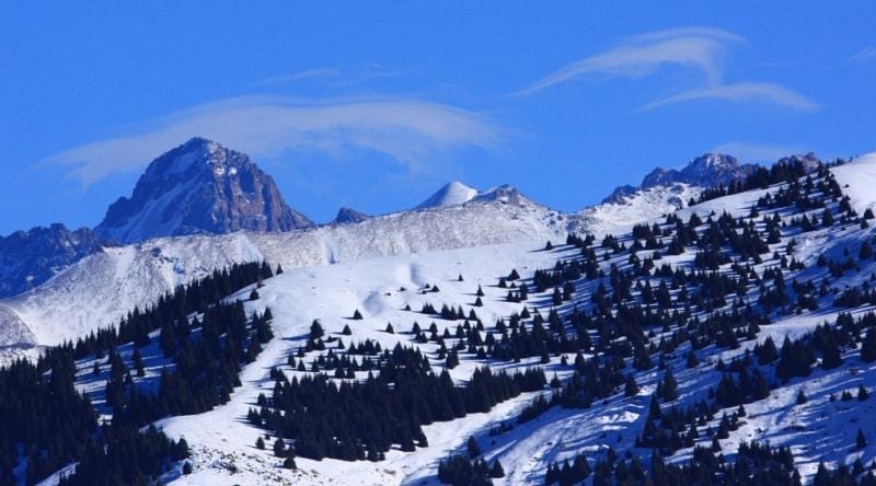 Вид на пик Комсомола высотой 4330,9 метров над уровнем моря из окрестностей Аксайского скита.