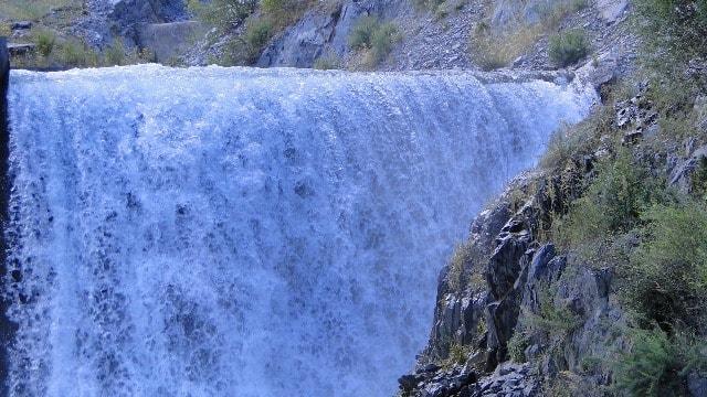 На реке Иссык находится искусственный водопад в окрестностях плотины.