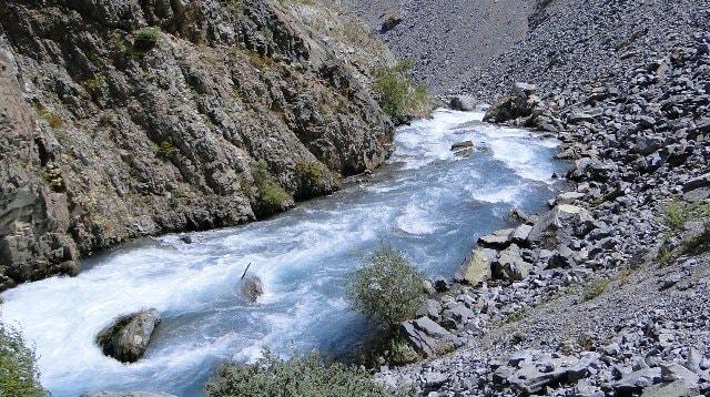 Каньон реки Иссык в окрестностях плотины озера.