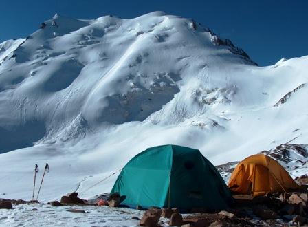 Палатки туристов под ледником Туристов.
