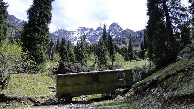 Вид на горы Заилийского Алатау из урочища Ворота Туюксу.