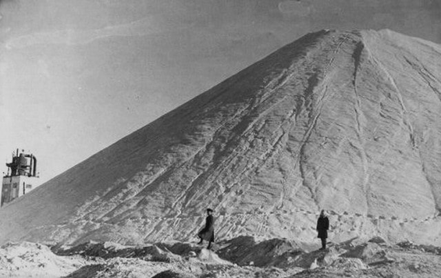 Extraction of salt on the lake Zhaksy Kylysh. 19080.