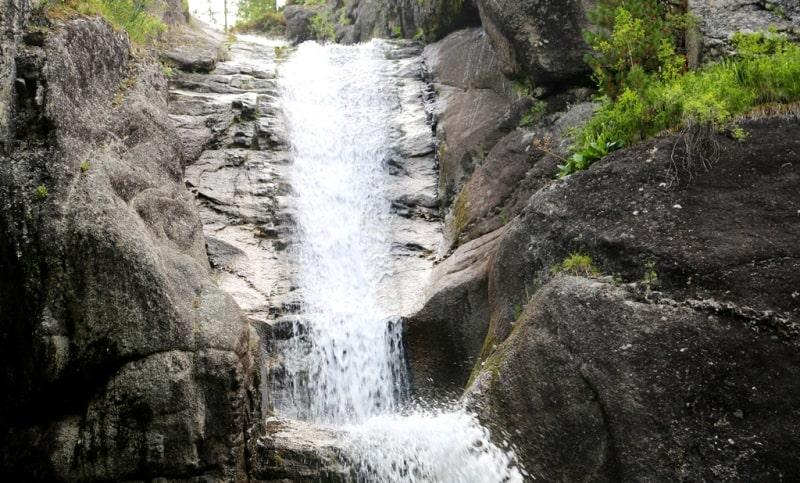 Водопад Волосы Вероники в окрестностях озера Рахмановское.