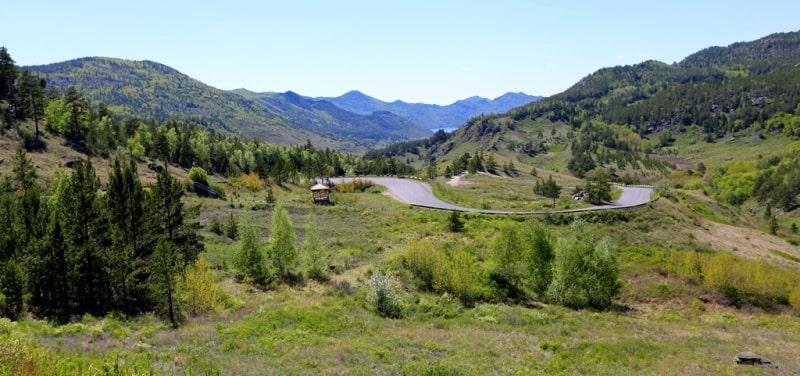 Дорога с перевала ведет к озеру Жасыбай.