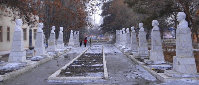 Скульптуры в городском парке Жаркента.