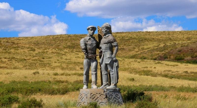 Эти скульптуры модно увидеть по пути из Семея на Атомное озеро.