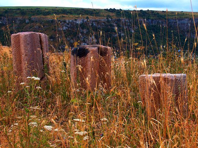 Древние каменные жернова у егерского кордона у каньона Аксу.