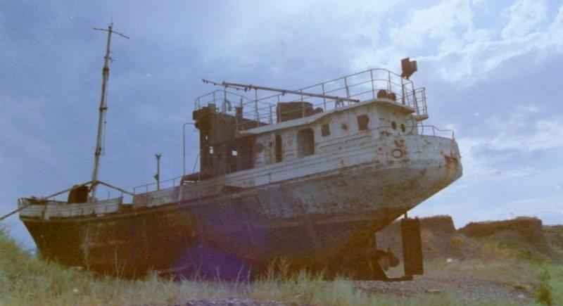 Старые корабли Алакольской рыболовецкой флотилии на берегу озера Алаколь. 2001 год.
