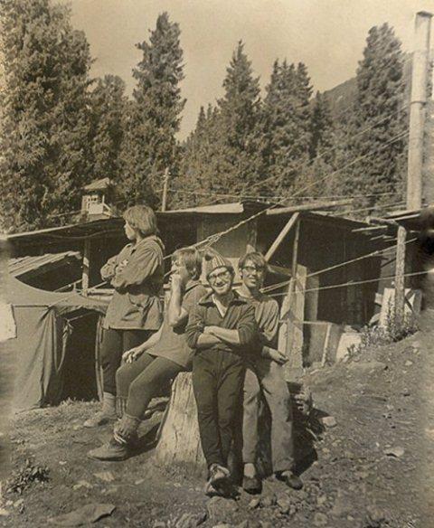 После пожара. Остатки столовой и мои друзья-красноярцы, кухонные работники. Из архива С.Сущенко