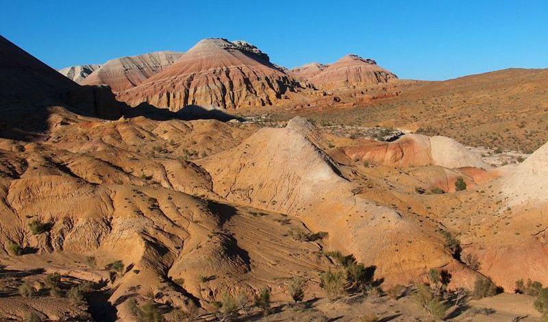 Безжизненные, голубые (лунный пейзаж), красные, белые, розовые, зеленые склоны.