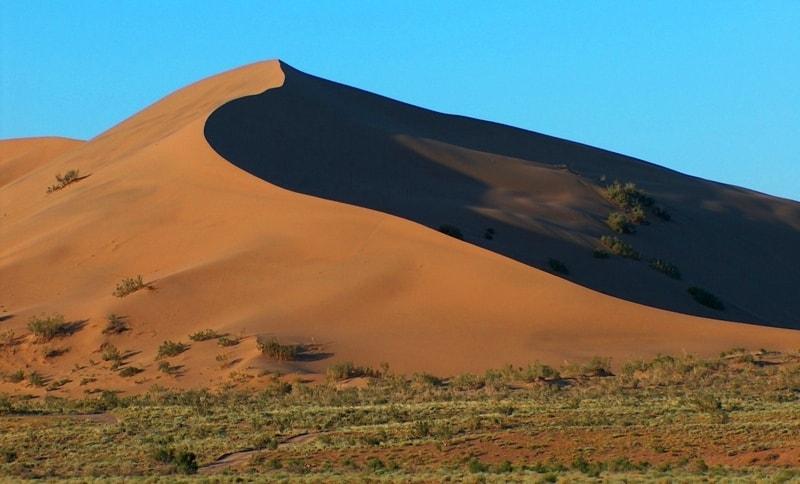 Длина песчаного гребня 3 км, ширина – около 500 метров, высота более 100 метров.