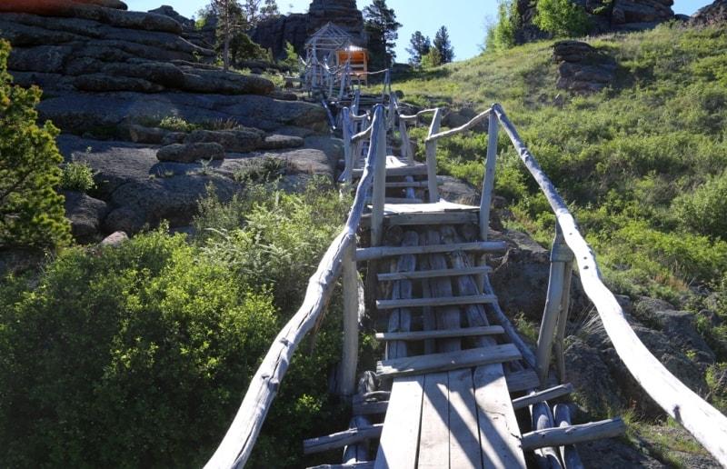Лестница ведущая к пещере Аулиетас.