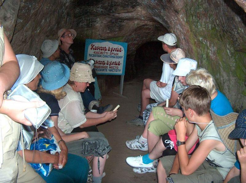 Туристы в пещере Коныр-Аулие.