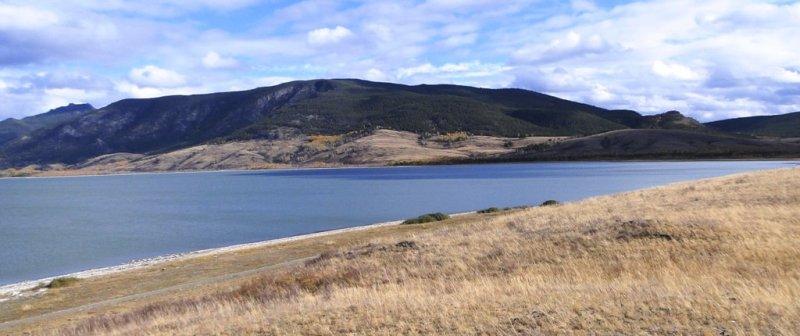 Малое Чебачье озеро с одной стороны примыкает к горам, с другой стороны озера степи.