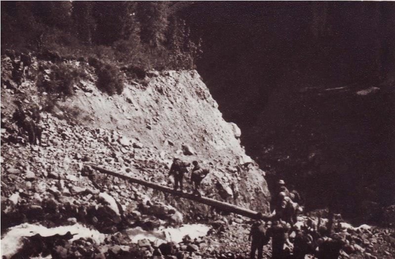 Группа туристов, под руководством Юрия Степановича Накаткова преодолевает глубокий проран после селя на озере Иссык. Фотография из семейного архива Накатковых.
