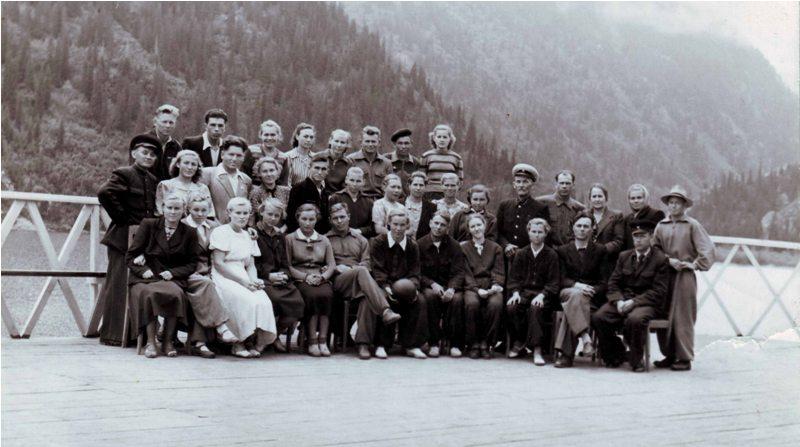 Отдыхающие на озере Иссык. Фотография из семейного архива Накатковых.