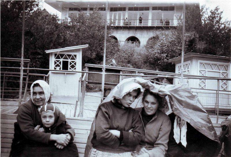 Поле прогулки на катере по озеру Иссык. Мальчик слева, на руках у мамы, - Андрей Накатков. Фотография из семейного архива Накатковых.