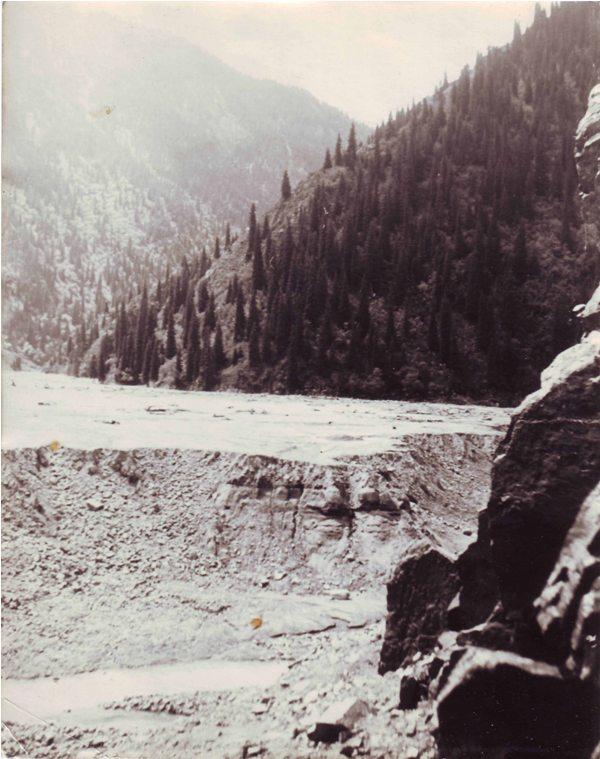 Проран в русле реки Иссык после селя 1963 года. Фотография из семейного архива Накатковых.