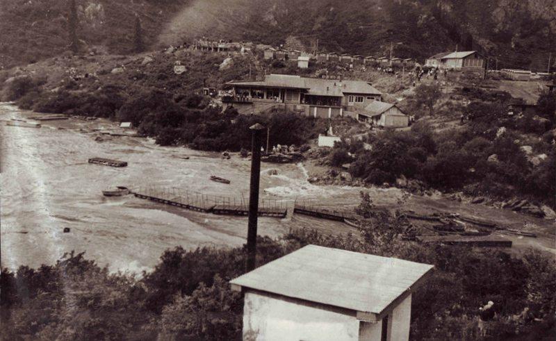 Первый селевой вал, который направляется к озеру Иссык. 7 июля 1963 года. Фотография из семейного архива Накатковых.