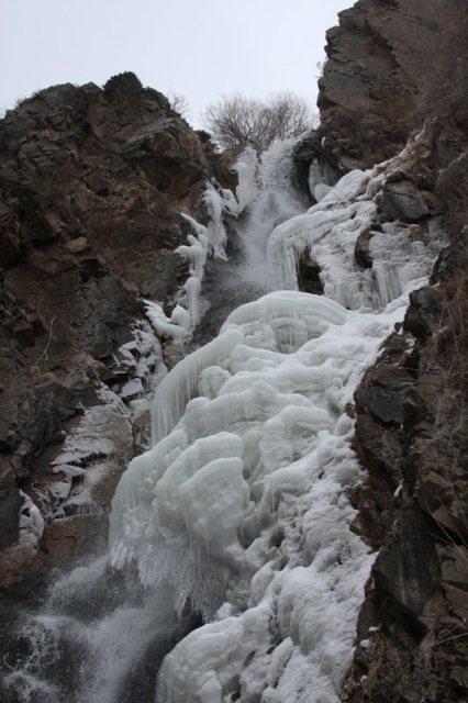 Водопад Медвежий зимой в Тургеньском ущелье.