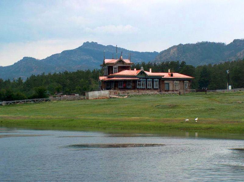 Озеро Ким-Асар и дом лесничего в Каркаралинском парке.