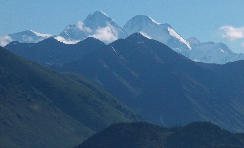 Озеро Арасан и его окрестности. Гора Белуха высотой 4506 метров над уровнем моря.