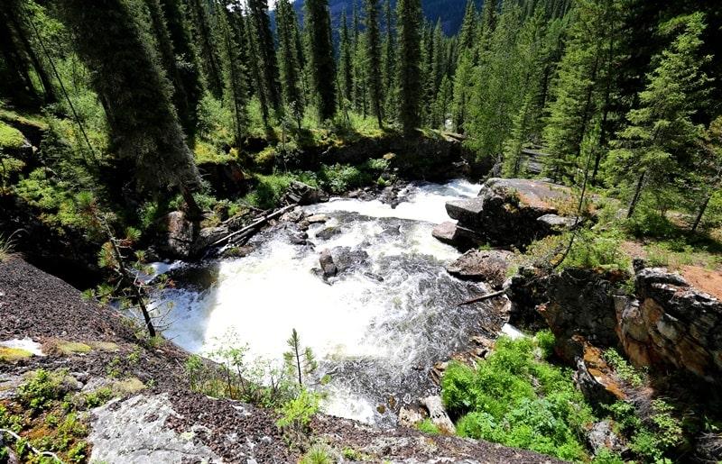 The Yazevyi falls and environs.
