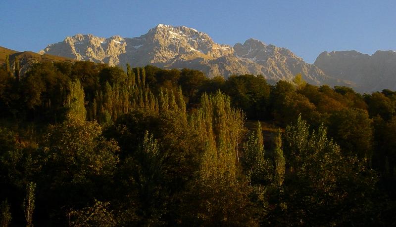 Горы в окрестностях поселка Арсланбоб.