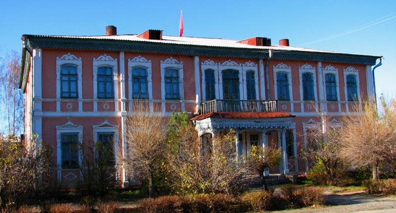 Старинное двух-этажное здание в Караколе. Постройка начала XX века.